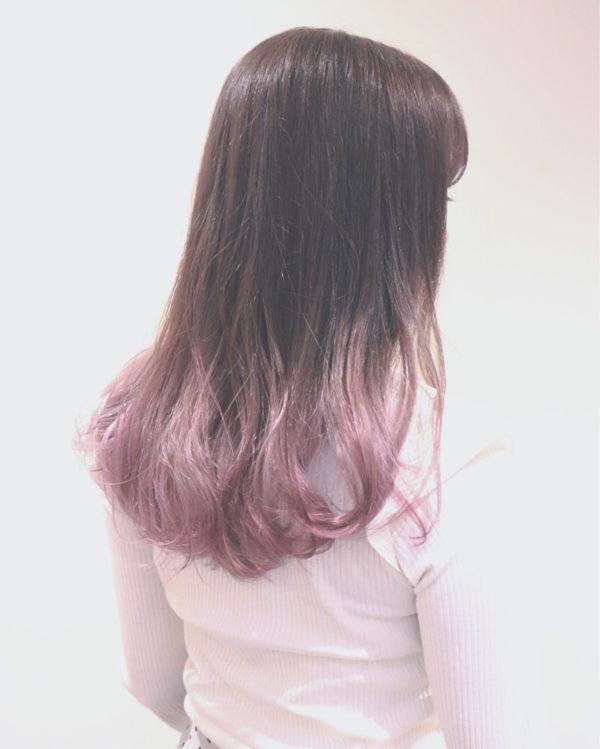 ブリーチしている部分としていない部分がはっきりわかるようなカラーの入り方ですね。派手ではないピンクなのエレガントな印象に仕上がっています。