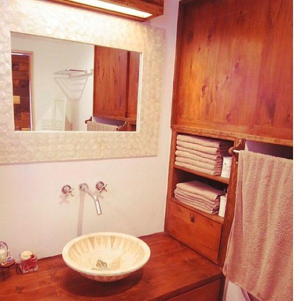 インドネシアの大理石で出来たというバリ風の雰囲気満載のデザインでリゾートホテルのような洗面台に!日常を忘れさせてくれるようなデザインが魅力的ですね。