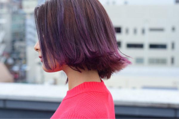 毛先にはっきりとレッドヴァイオレットを感じるカラーですね。切りっぱなしの外ハネに入ったカラーがチャーミングな印象です。