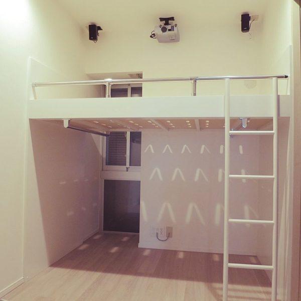 次は、先ほどの天井を高く見せるのとは真逆の方法です。ベッドを高い位置に置く。これです。はっきりいって、狭い部屋にベッドは邪魔です。しかし布団の場合、布団をしまうスペースがなければ万年床になってしまいます。せっかくすっきりと部屋を広く見せたいのに、万年床になってしまっては限られたスペースを有効に使えなくなってしまいます。
