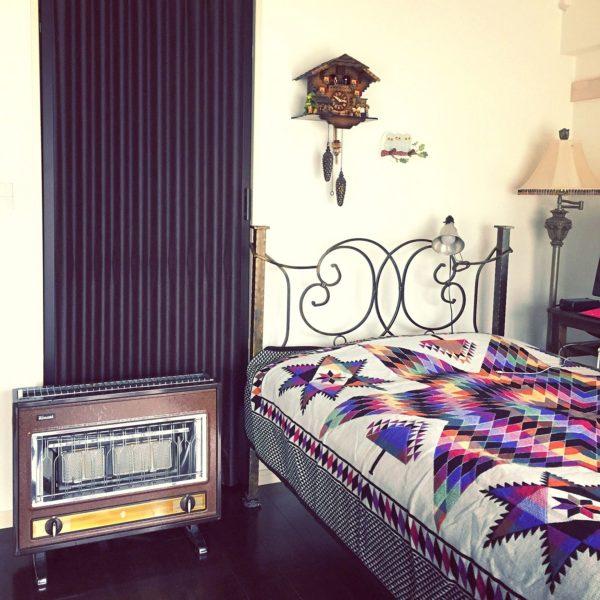 アンティークのようなレトロな雰囲気のアイアンベッドには、カラフルなベッドカバーが似合うのかもしれませんね。シックになりがちなお部屋の印象も明るくなっていますね。