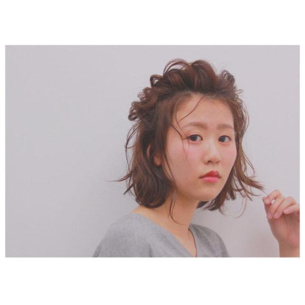前髪とサイドの髪を一緒に編み込んだ前髪アレンジ。大きめの編み込みを作ることでトップにボリュームが出てバランスの良いヘアスタイルを作ることができます。サイドの髪もパーマをかけてふんわりと。