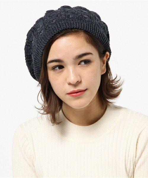 冬のアレンジにぴったりなベレー帽と合わせた前髪アレンジ。前髪を全部入れて、サイドに動きをプラス。片側だけ耳にかける事で女性らしさがグンっとアップします。