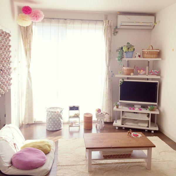 白を基調としたお部屋にパステルカラーのペーパーポンポンを飾れば可愛らしい仕上がりに。雑貨もパステルカラーで揃えられていておしゃれ!