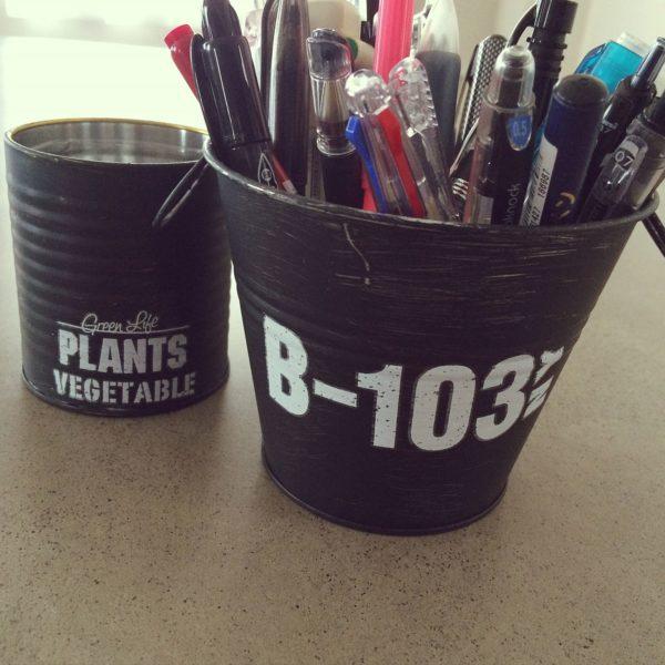 缶を黒くペイントしてステンシルシールを貼れば、男前風なペン立ての完成です。