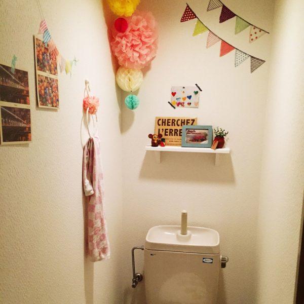 パステルカラーのペーパーポンポンやガーランドを飾ればトイレが一気に可愛い空間へと大変身!明るく清潔感もありますね。
