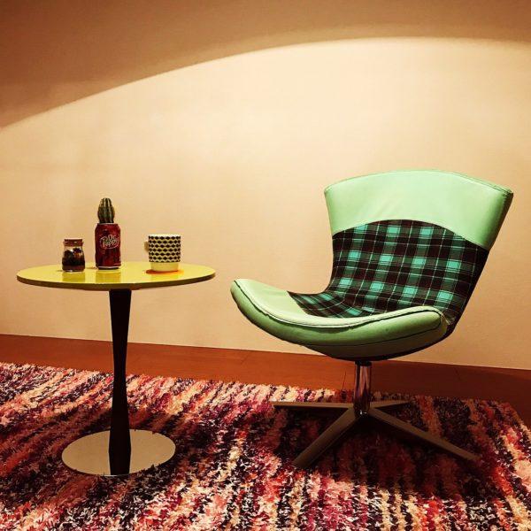 丸テーブルの可愛らしさを、大人っぽく転換させたのがこちらのお部屋。バーの一角にありそうな落ち着いた雰囲気がとってもお洒落ですね。