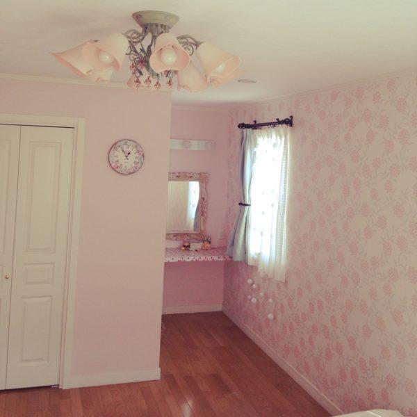 クロスは無地のピンクと、ピンクの花柄の二種類。ドレッサー代わりの棚や時計の模様・ランプシェードもピンク!でも淡い色調なので派手さはなく、大人ガーリーな雰囲気に。