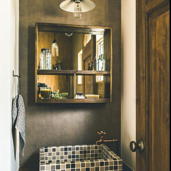 どこか懐かしさを感じさせるようなレトロな雰囲気が印象的な洗面所は、長方形のタイル貼りが妙にしっくりきます。蛇口のレトロ感もお洒落で可愛い!