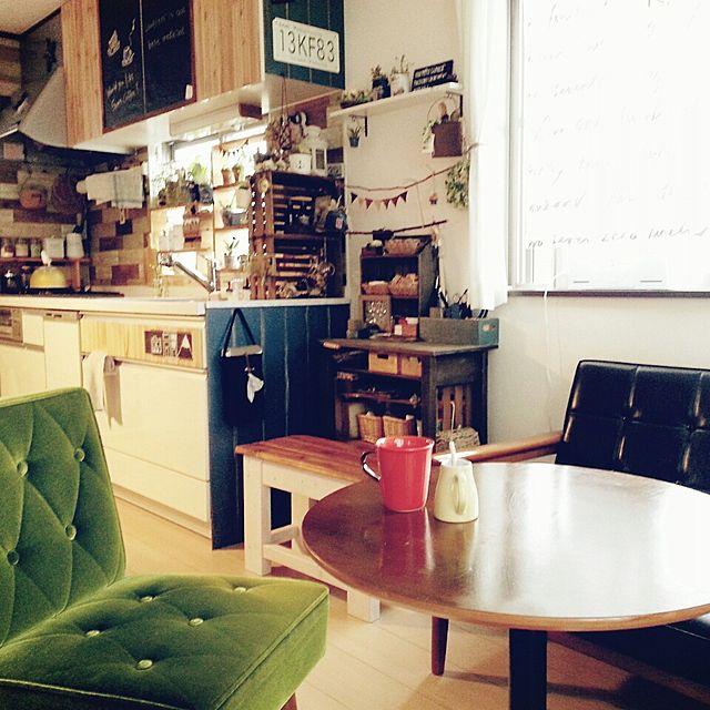 丸テーブルにソファを合わせると、お部屋が一気にカフェっぽい雰囲気に。インテリアをカフェっぽくしたら、料理を作るのも食べるのも楽しくなりそうですね。