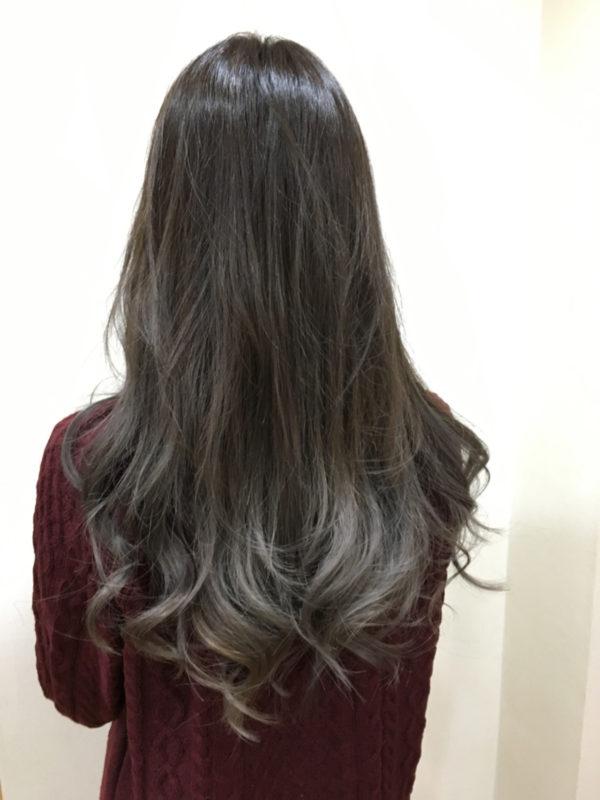 髪の根元から毛先にかけてキレイなグラデーションになっていますね。ブリーチしている部分と、していないところの境目がハッキリしてしまわないように、カラーの入れ方に変化をつけて自然な発色になるように仕上げています。