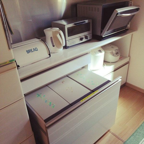 作り付けのキャビネットタイプの分別ごみ箱。棚と一体化しているのでごちゃつきがちなキッチンをすっきりとします。