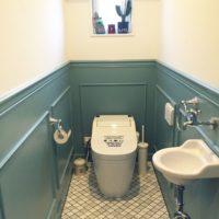 トイレの壁を変えるだけでこんなにもスタイリッシュな空間になるものなの?