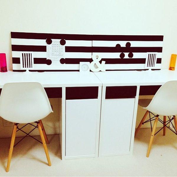 こちらはホワイトの机にイームズチェアを合わせた学習コーナー。モノトーンでまとめたデスク周りがモダンな雰囲気です。