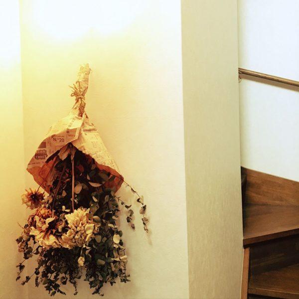 一輪挿しやまとめて飾っても華やかなダリアですが、ドライフラワーにしてもおしゃれ!壁に飾ればアンティークな雰囲気になりますね。