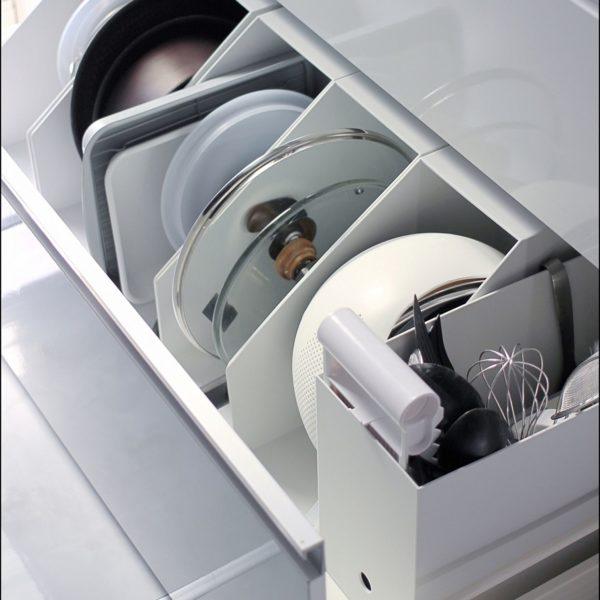 フタなど立てておきたいものの収納に。こちらも無印のファイルボックスですが、重さのあるものを入れても安定感がありますね。