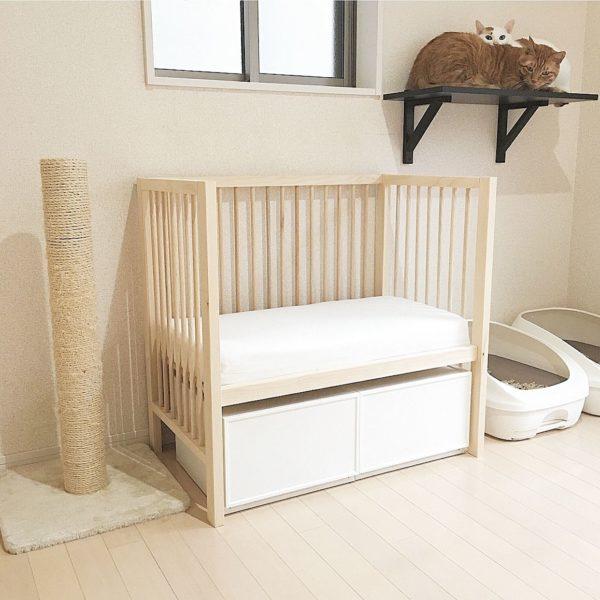 ベビーベッドのような雰囲気がお洒落な猫のベッドはなんと自作だとか!ベッド下に収納ボックスを設ければお世話グッズも取り出しやすく見た目も綺麗ですよね。