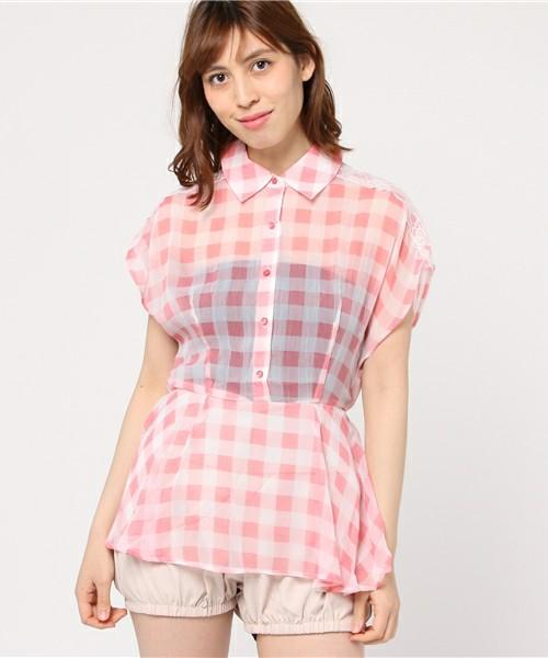ギンガムチェックは細かい柄だけじゃない!大きめの柄もとってもキュート。シースルーなシャツでサラッと着こなせば、春風でひらひらと揺れて可愛さもよりプラスされそう♡