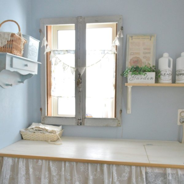 パステルカラーの壁紙、シャビーな雰囲気の窓枠、カントリー風なバスルーム。ガーランドや籠や棚にもこだわりがいっぱいです。