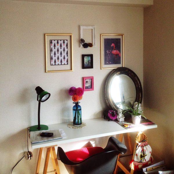 机の上にダリアを飾れば周りの雑貨と相まっておしゃれな仕上がりとなりますね。暖色のダリアがあたたかさも演出してくれます。