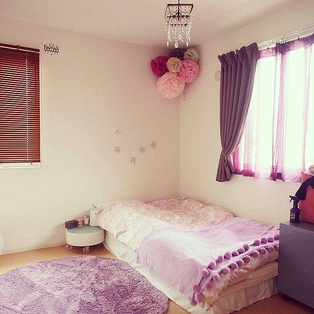 ピンクや赤など可愛い色合いのペーパーポンポンをベッドルームの角に飾ればアクセントとなりますね。大きさもさまざまでバランスがとれています。