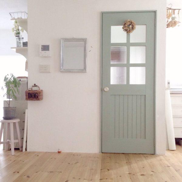 白い壁にパステルグリーンのドアが、フレンチカントリーな雰囲気で素敵ですね。