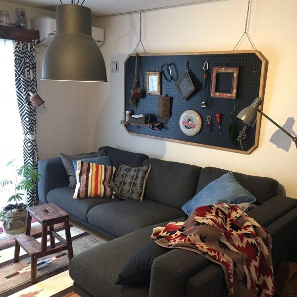 ソファや有孔ボードの色と合わせてブラックのランプシェードで統一し、男前な部屋に。