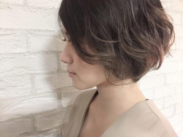 パーマをかけた毛先に向けて明るくなるようにグラデーションをかけて、前下がりボブにも軽さを演出して。ほどよくふんわりとした毛先が大人っぽさの中にやさしさもプラスできますね。