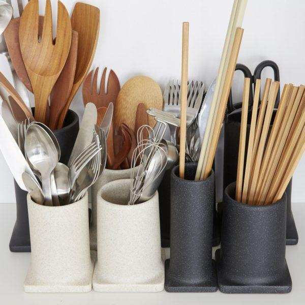 ideacoのツール立てを使って、カトラリーとツール類をスタイリッシュに収納します。収納したいものの数、大きさなどをよくよく把握しておくと、収納アイテムの無駄がなく収める事ができますね。