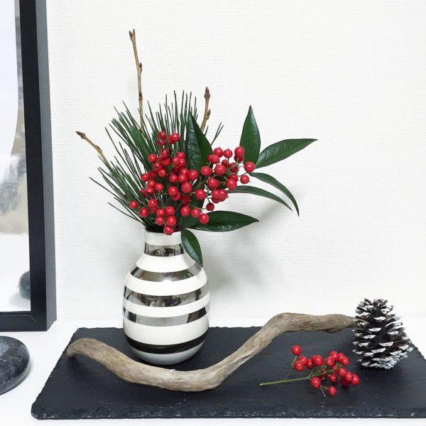 ケーラーとはデンマークの陶磁器メーカーの名前であり、その中でもこちらの「オマジオ」と呼ばれる花瓶が人気です。洋風アレンジに合うのはもちろんですが、こんな風に和テイストのお花にも不思議とマッチするんです。1つあればどんなフラワーアレンジメントにも対応できます。