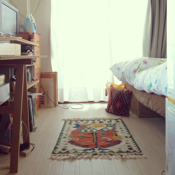 ベッドの位置を上げて、その下に収納スペースを作っています。他の家具も高さを低めに抑えていますね。ベッドをソファ代わりに使えば椅子が要らないので、スペースの節約に。