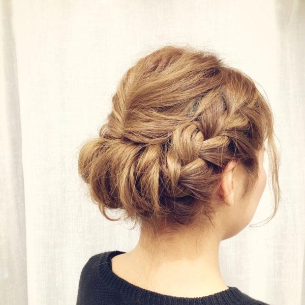 手が込んでいるようにみえますが、ベーシックなアレンジのシンプルな組み合わせで作ったスタイルです。タテに3ブロックに分けて両サイドは太めの三つ編み、中央は再び上下にブロックわけして、トップの方を結んでくるりんぱして下は三つ編みをまとめた髪に巻き付けています。