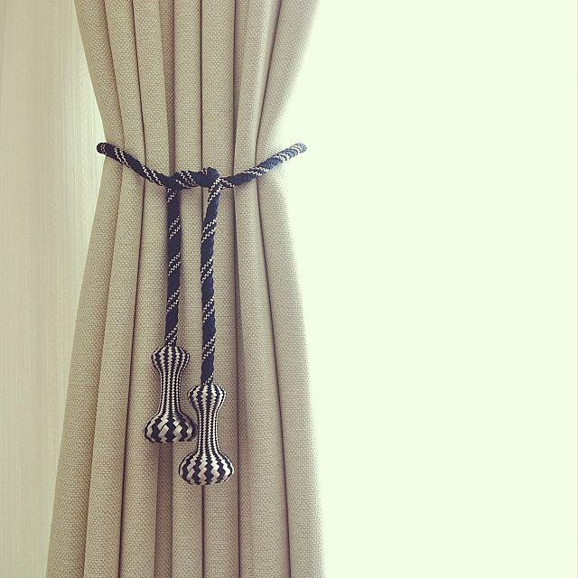 アイボリー系のシンプルなカーテンに、カーテンタッセルでインパクトを付けておしゃれなお部屋に演出しています。