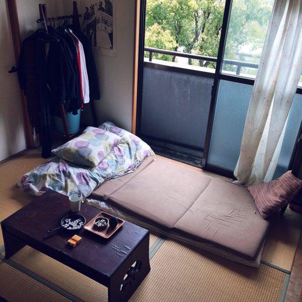 ローテーブルと折り畳み収納できる布団を使って部屋を広く使っています。布団はたたむとコンパクトになるので、その文のスペースを余分に使えますね。