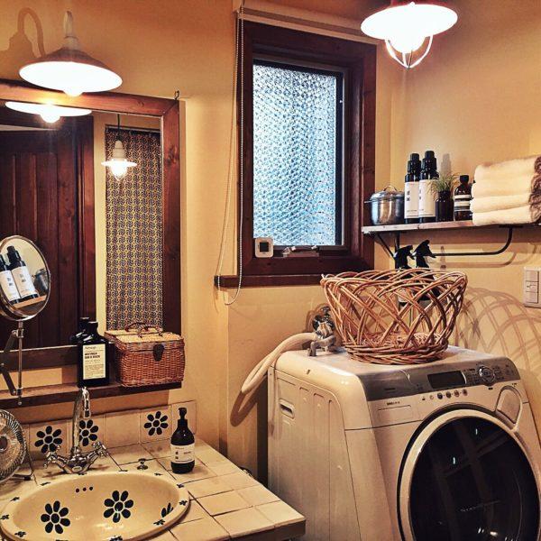 洗面ボウルと洗面台のタイルがお揃いのデザインになった可愛らしい雰囲気に仕上がっていますね。ウッドやバスケットなどの天然素材との相性も抜群です。