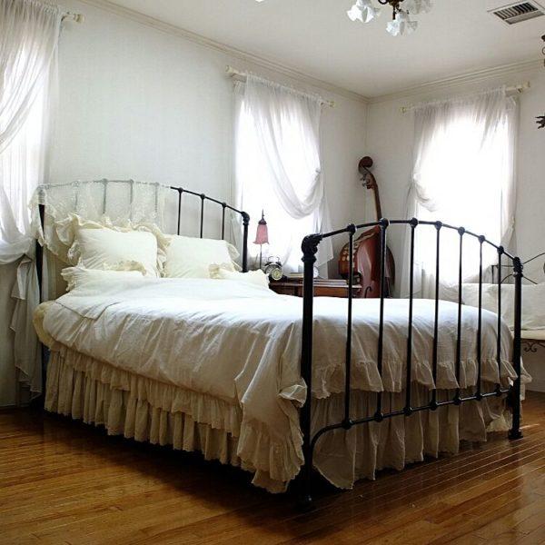 黒いアイアンベッドには、クラシカルな印象がありますね。シンプルでいながら、存在感を放つベッド。そんなアイアンベッドにはフリルのついた布団がよく似合います。カーテンまでシフォンのような雰囲気で。