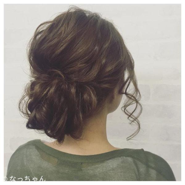 何か作業をしようとする時にささっと適当に1つに縛った風なヘアスタイルですよね。そういう時にもオシャレ見えするのは、写真のようにアッシュ系のハイライトを入れていると、ところどころの色の違いが髪を立体的に、豊かに見せてくれます。