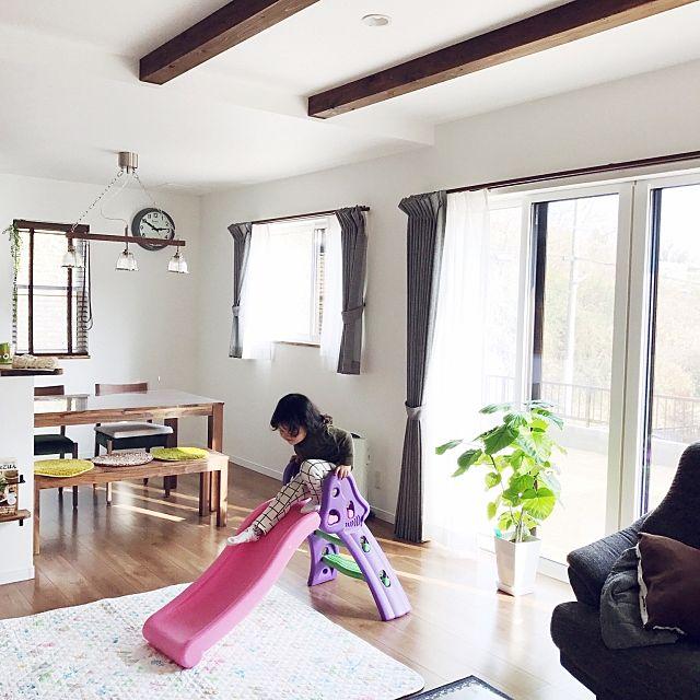 グレーのカーテンでお部屋全体が引き締まる感じが!カフェ風のリビングにぴったりですね。観葉植物がとても素敵♪