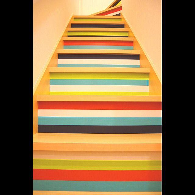 カラフルなボーダーの階段。ビタミンカラーから元気をもらい、一段一段あがるごとに、思わず鼻歌がでてしまいそう♪