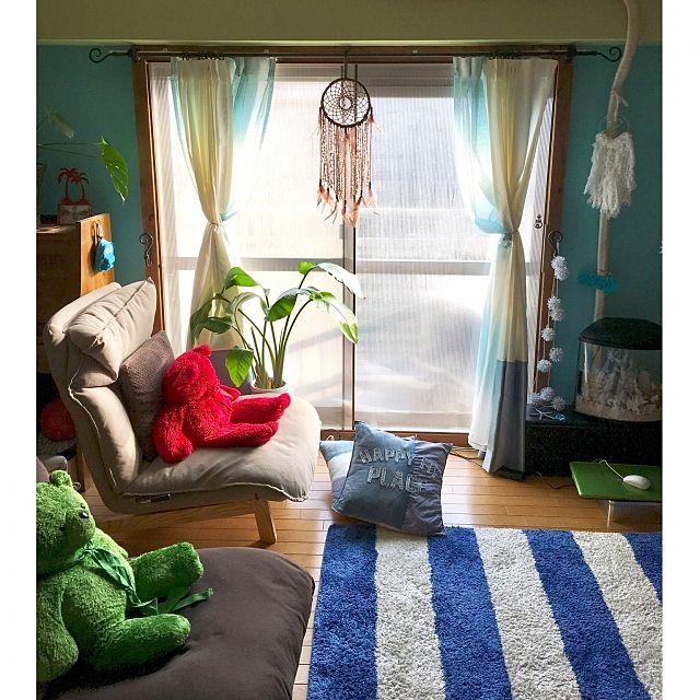 水色と白のツートンのカーテン。レースカーテンもグラデーションな感じが素敵ですね。壁の色も水色でインテリアなどもおしゃれです。