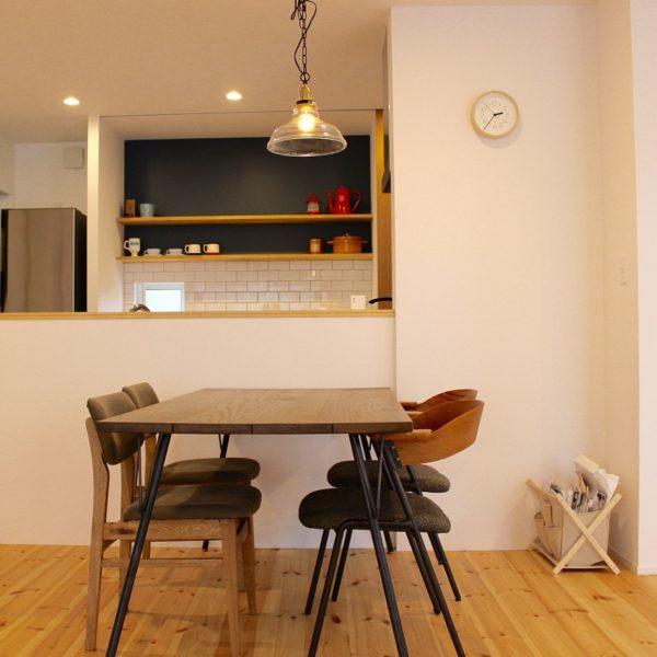 キッチンの横にちょこんと飾られたリキクロック。ダイニングを照らすライトとのコンストラストが素敵ですね。部屋に飾るインテリアにこだわりたい人にこそ、リキクロックはおすすめの時計なんです。