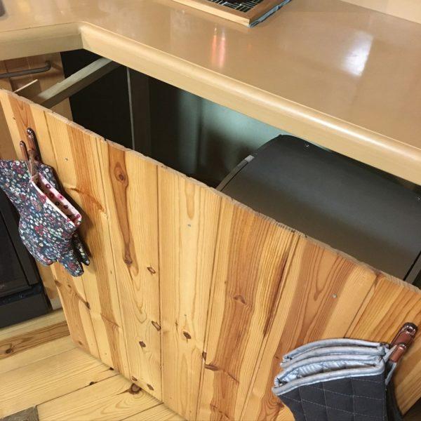 こちらはハンドメイドで床板に合わせた目隠しを作ることによって、生活感を隠してます。大きいサイズで大家族にぴったりですね。上手に空間を使って作業場所をキープ。