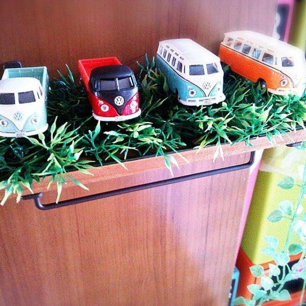 フェイクグリーンの草むらの中にバーゲンバス。ちょっとした飾り棚に簡単に飾れますね☆