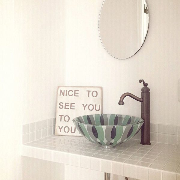 お皿のような北欧風のガラスボウルは、どこか涼しげで可愛らしいデザインですね。シンプルなホワイトタイルの洗面台にはアクセントになるようなデザインの洗面ボウルで存在感を。