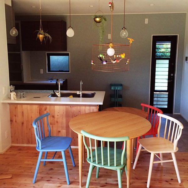 カラフルな色使いの椅子がとってもキュートですね!海外インテリアのような色使いも魅力的です。
