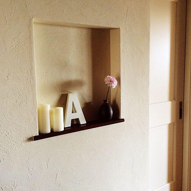 ベビーピンクのダリアをシンプルな暗色系の花瓶に挿して、ワンポイントに。壁や小物が白なので、ベビーピンクのダリアが映えますね。