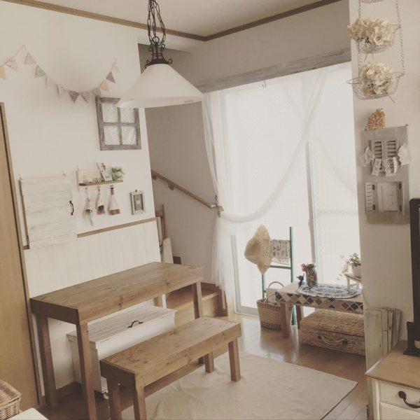 壁と同じ幅のデスク、それに合わせた椅子をそろえることで突然の学習スペースもインテリアコーデを崩しません。