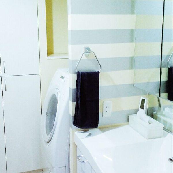 爽やかな淡い水色のストライプの壁で洗面所が一気に明るいイメージに。毎日のお洗濯が楽しくなりそうですね。