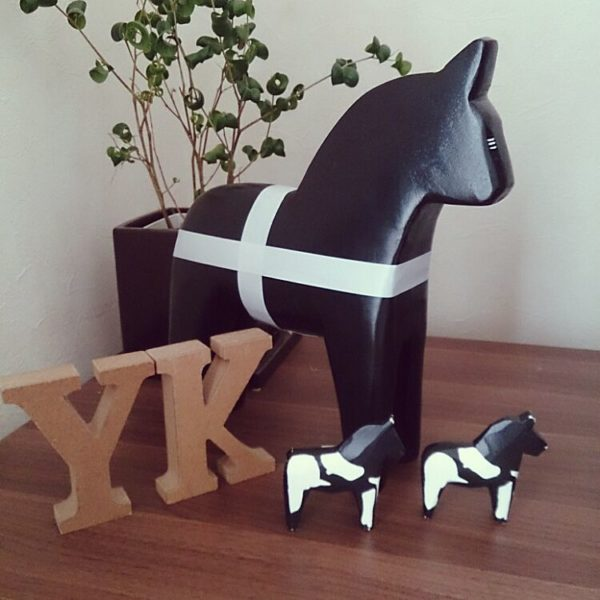 こちらの木で出来た馬の置物を「ダーナラホース」といいます。ノルウェーの伝統工芸品で、本国では幸せを運んで来てくれる縁起のいいものとされています。日本でいうところの「招き猫」みたいですね!