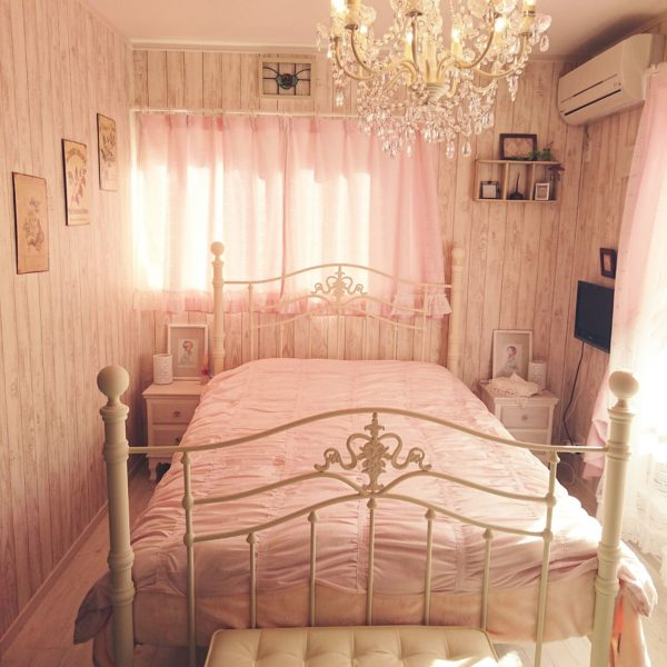 ゴージャスなシャンデリアとピンクを基調とした内容が豪華な寝室です。アイアンベッドに憧れる女の子の夢を実現したかのようなお部屋ですね。何もかもがロマンティックで、素敵です。